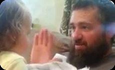 髭が無い父親に号泣する娘