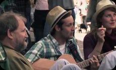【動画】 ホームレスの隣に座ってフォークソングを歌ってみた結果…!!