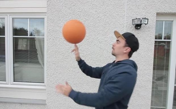 バスケットボールを回す男