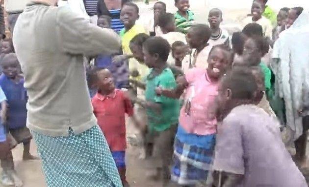 ヴァイオリンを聞くアフリカの子供