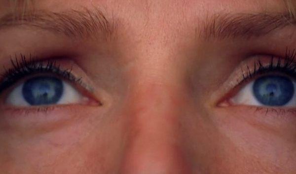 ウーマサーマンの目の拡大