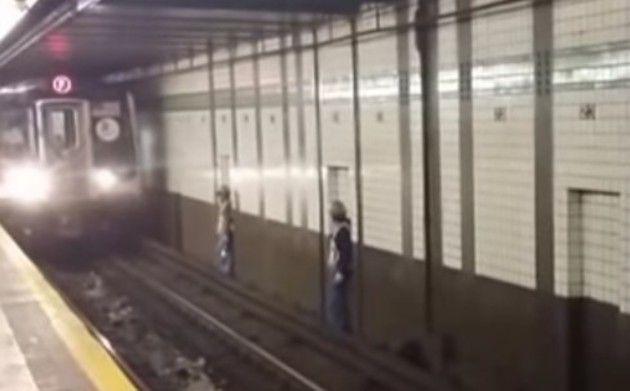 線路の作業員の避け方
