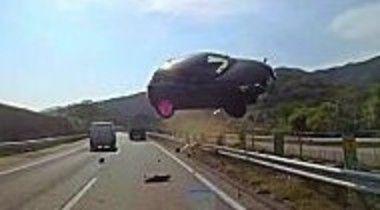 日本の高速道路でのバスの事故