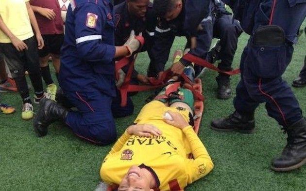 足の脱臼を治すサッカー選手