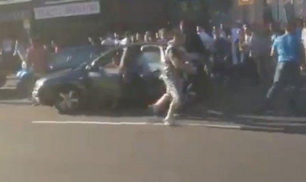 人が車にふっ飛ばされるケンカ
