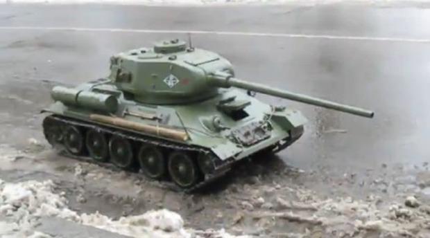 公道を戦車
