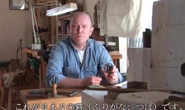 日本刀の鍔を作る外国人