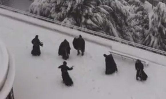 修道士が雪合戦
