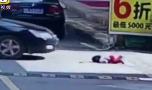 1歳の幼女がクルマに轢かれる中国