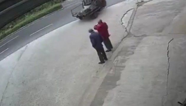 二人がふっ飛ばされる交通事故