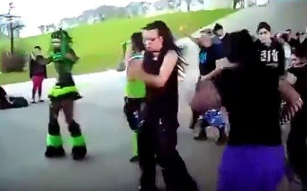 【動画】 ゴシックレイバー達の例の橋下でのダンスをクリスマスソングでw