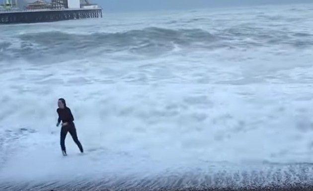 【救助】 高波にさらわれたワンコを救え!! 女性が荒れ狂う海に立ち向かう!!