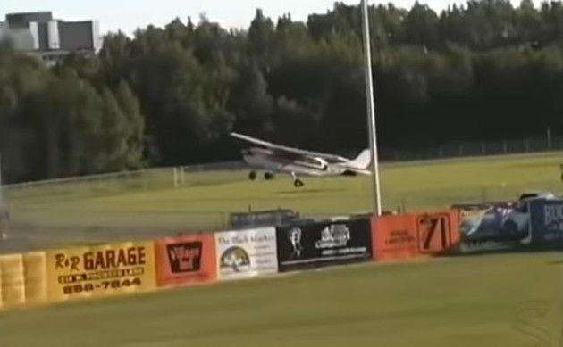 グランドにセスナ機が墜落