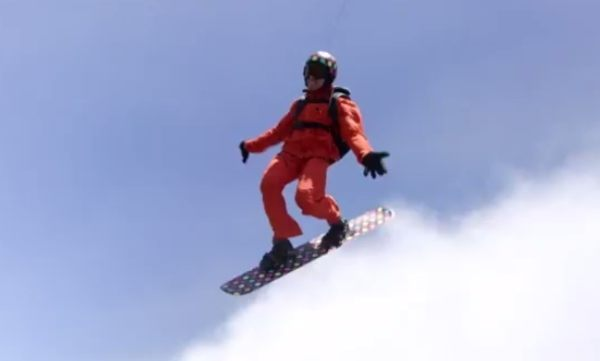 ヘリコプターで雲の上でスノーボード