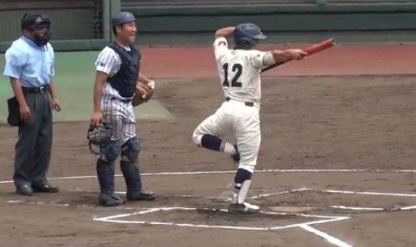 バットをぶん回す高校野球児