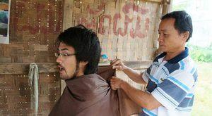 ラオスの床屋でお任せで髪を切る (1)
