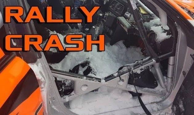 雪に埋まるラリーの事故