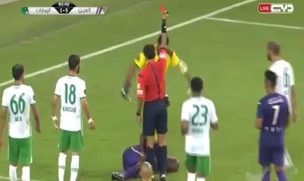 レッドカードで退場追い打ちサッカー選手