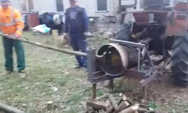 木を自動で切る機械