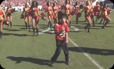 チアリーダーと共に踊る少年