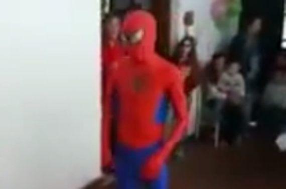スパイダーマンのバック宙返り失敗
