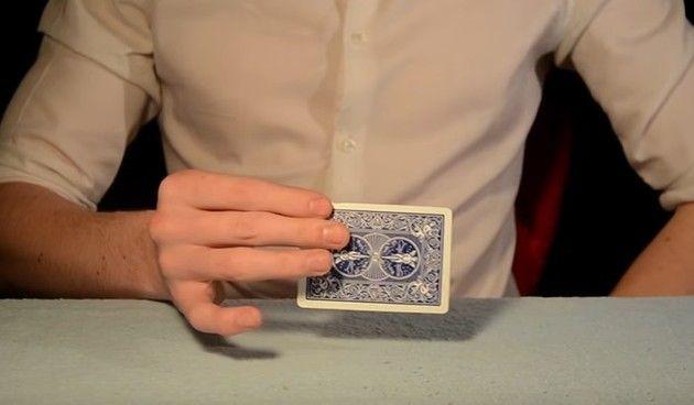 マジシャン、カード消失マジックの種明かし