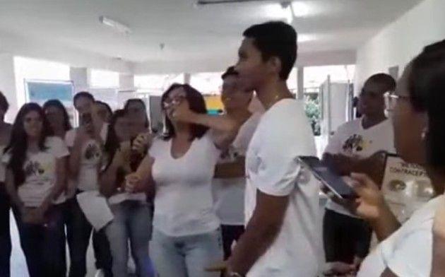 性教育に熱心過ぎる女性教師がなぜかクチでコンドームを付ける実演w!!