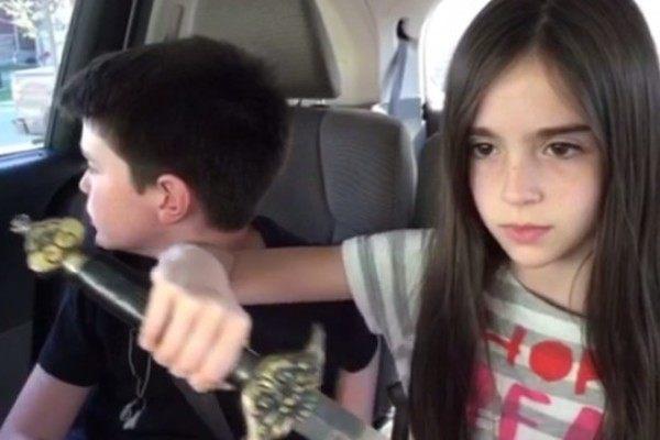 剣を抜く少女と収める少年