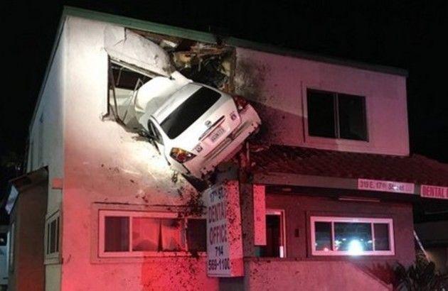車が家の二階に突っ込む事故