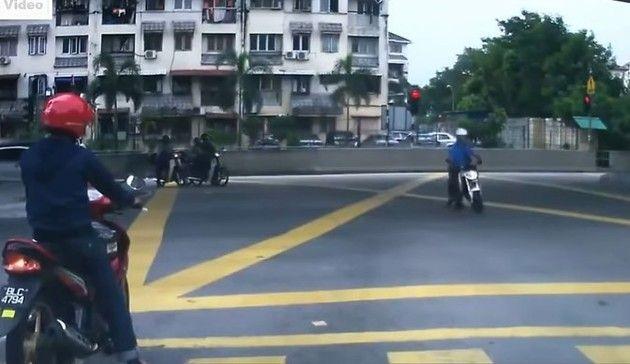 ふっ飛ばされるバイクの事故