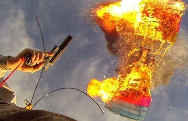 パラシュートを射撃して燃やすスタント