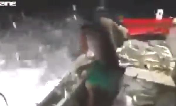 花火の爆発で魚を捕る男達