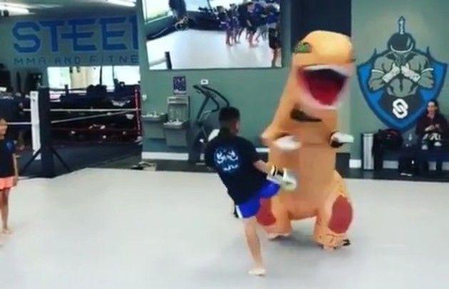 キックボクシングのティラノサウルス