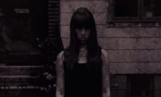 絵の中の少女が動いているホラー