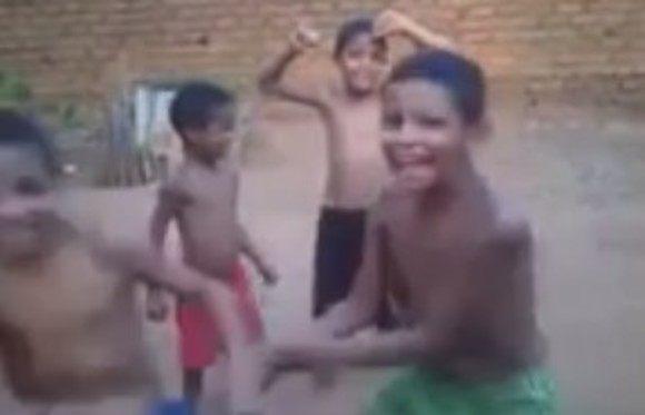 ワンコが巻き込まれるブラジルの少年たちによるダンスパーティー