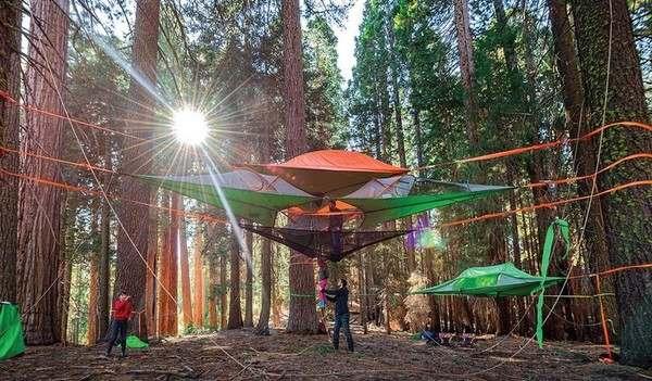 中空に張るタイプのテント