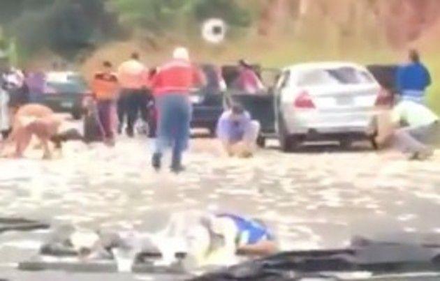 【動画】 事故って死んだ人を尻目にバラ撒かれたお金を拾う通行人達!!