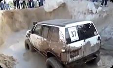 SUVオフロード壁のぼりの映像