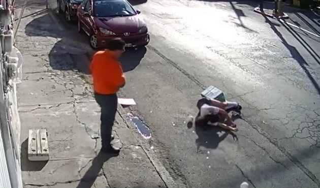 見えない「何か」に突然、引き倒される女性