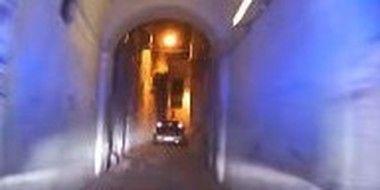 狭い道を追いかける警察