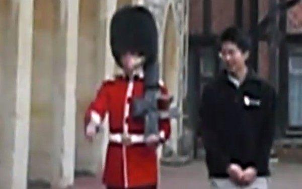 女王陛下の近衛兵にちょっかいを出したアジア人