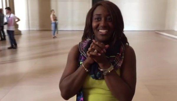 リンカーン記念館で歌を歌う黒人女性