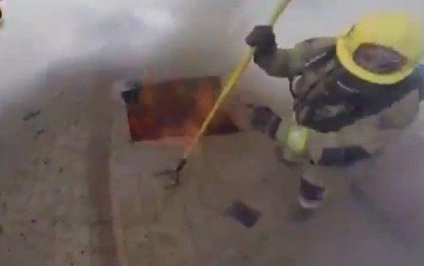 消防士視点の火事で屋根を壊すところ