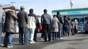 震災時、コンビニの列に並ぶ日本人