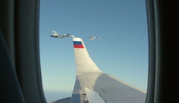 戦闘機に護衛されて飛ぶプーチンの飛行機
