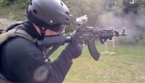 ライフル銃を片手でマガジンの交換をする方法