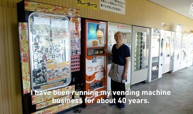 【動画】 世界で唯一の「カレーの自動販売機」に補充をするお仕事!!