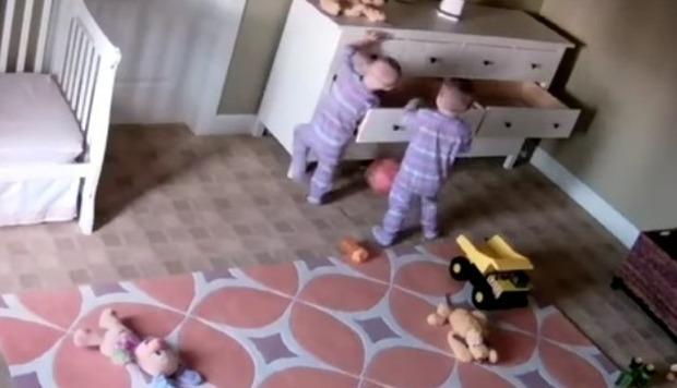 双子の赤ちゃんが家具の下敷き