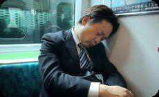 電車の中で寝る人