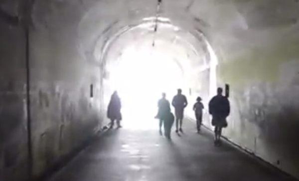 トンネルで賛美歌を歌う女性